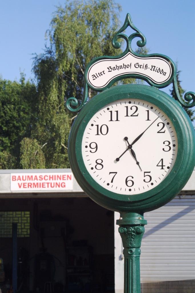 Uhr Alter Bahnhof Nidda Kempus Baumaschinen Vermietung